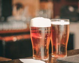 com pint caro no pub, solução é beber em casa